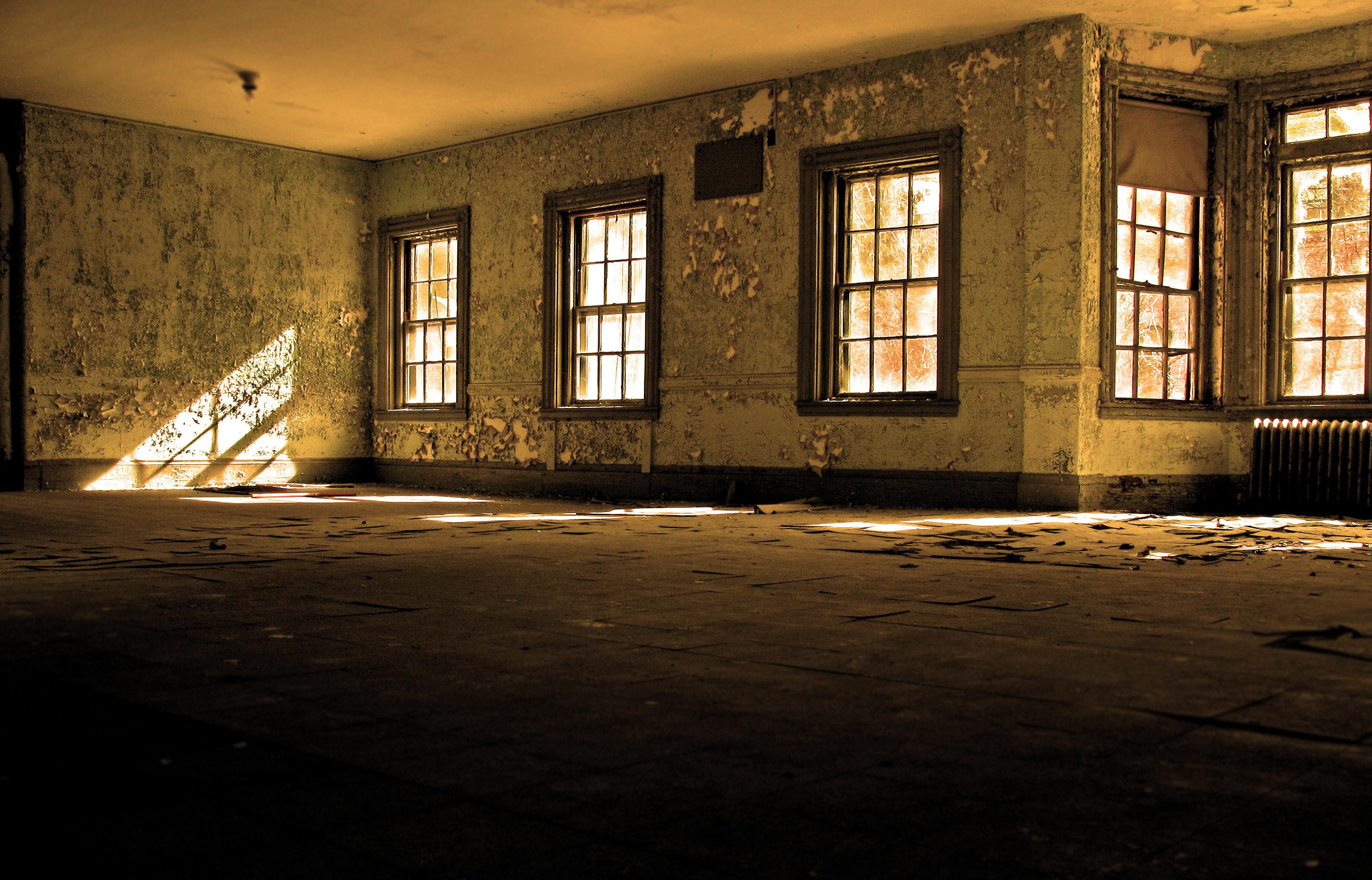 заброшенный дом двери окна коридор  № 2195412 бесплатно